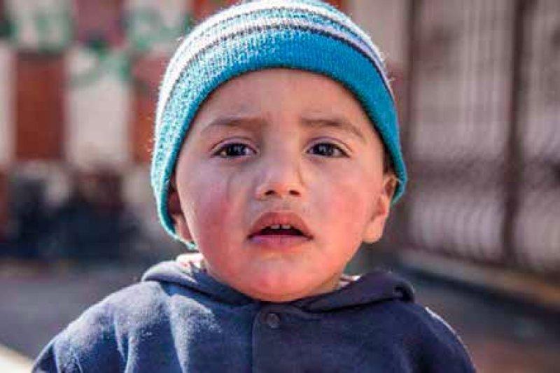 16個月大的馬默德(Mahmood)經常在半夜哭醒,只要一點點不明的聲響,他就會被嚇哭。(圖取自Save the Children)
