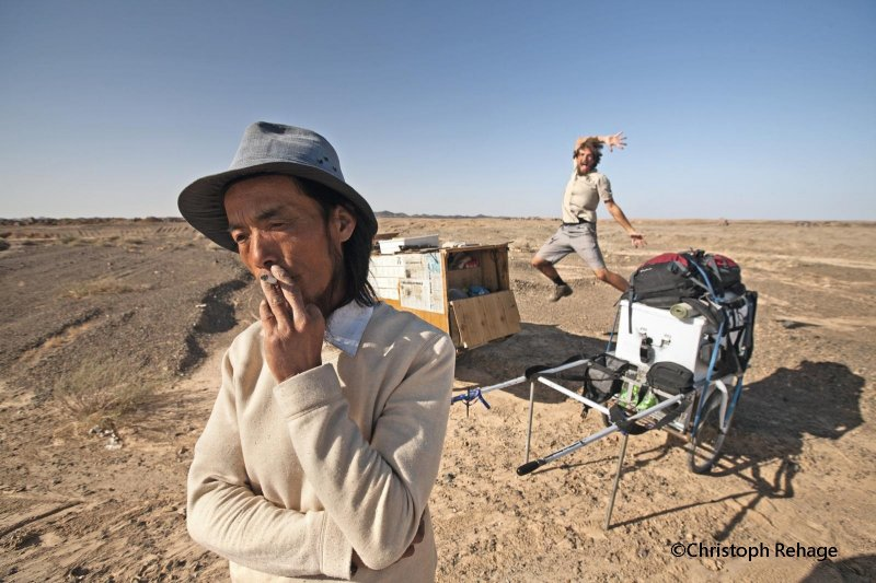 2007年,德國人雷克(Christoph Rehage)徒步從北京走到烏魯木齊,時間長達1年,他在路上遇到資深背包客謝建光(前)(讀書共和國提供)