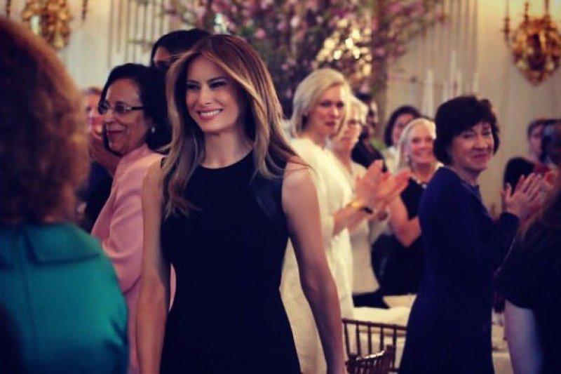 美國總統川普妻子梅蘭妮亞8日在國際婦女節舉辦午宴,這也是她首次以第一夫人之姿,單槍匹馬主持白宮活動。(圖取自Melania Trump's twitter)