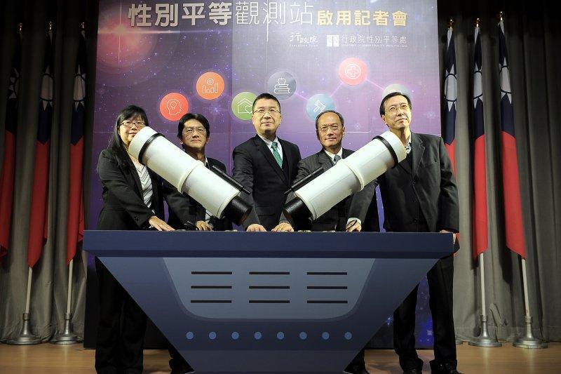 「性平觀測站」9日舉行上線記者會,行政院性平處代理處長吳秀貞是唯一出席的女性官員。(行政院提供)