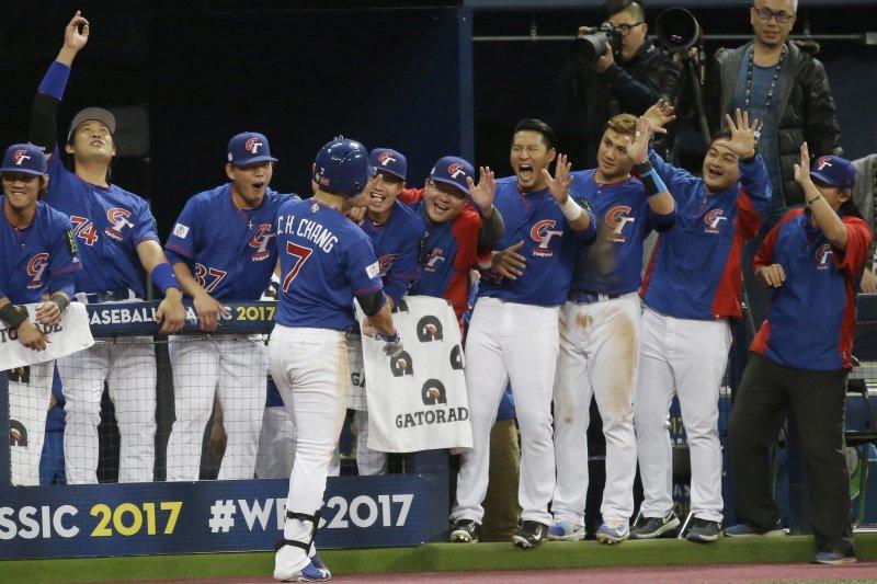 中華民國棒球協會16日表示,2021年世界棒球經典賽預計從16增至20隊,中華隊確定不用從資格賽打起。(資料照,美聯社)