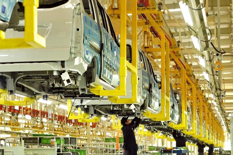 中國經濟,工人在位於河北黃驊市的北汽集團黃驊分公司總裝車間內工作(新華社)