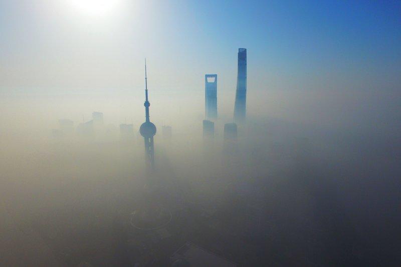 中國霧霾,2016年4月14日航拍的上海浦東陸家嘴高層建築群。(新華社)