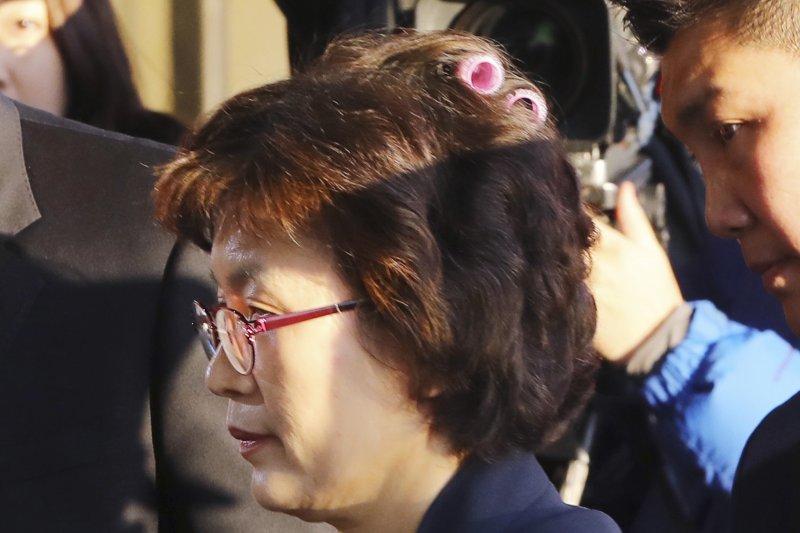 南韓憲法法院10日宣判朴槿惠總統彈劾案,代院長李貞美進場時忘記拿下髮捲(AP)