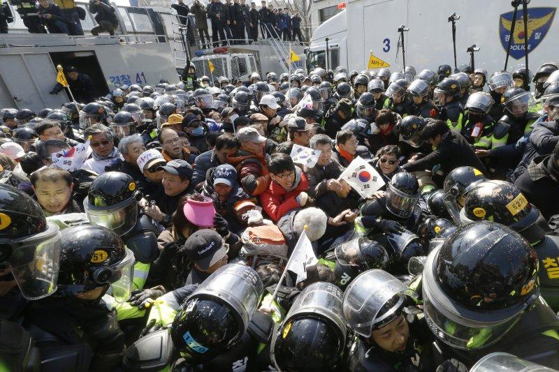 南韓憲法法院10日宣判朴槿惠總統彈劾案,朴槿惠支持者聚集抗議(AP)