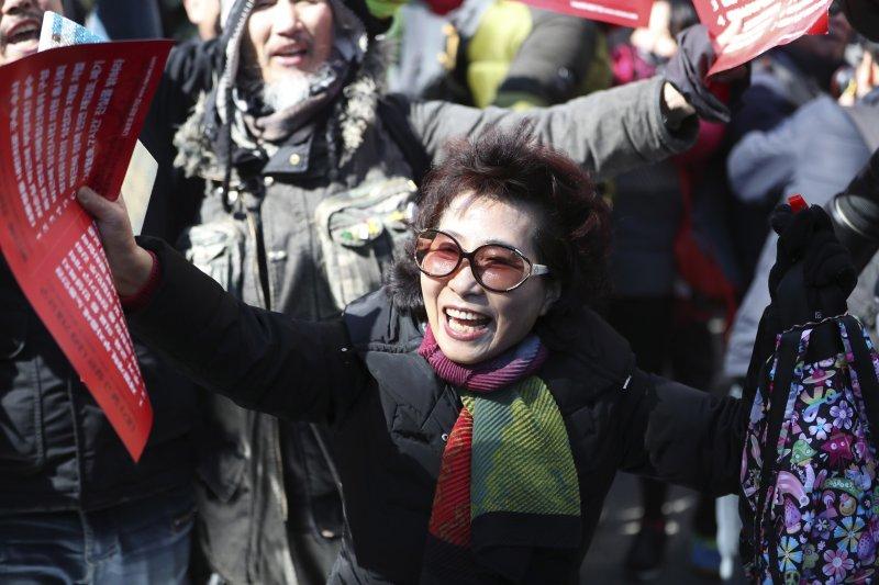 南韓憲法法院10日宣判朴槿惠總統彈劾案,反朴民眾歡欣鼓舞(AP)