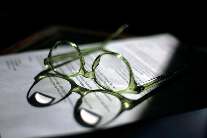 老花眼鏡配戴300或400度時,那閱讀時摘掉眼鏡就什麼都看不到了。(圖/Bob Brents@Unsplash)