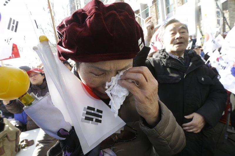 南韓總統朴槿惠10日遭彈劾下台,朴槿惠的支持者傷心落淚(AP)
