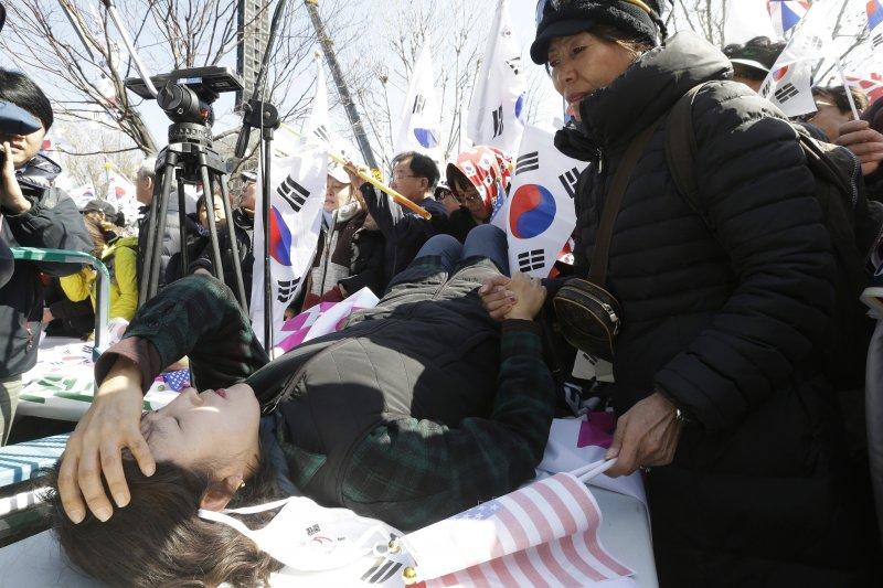 南韓總統朴槿惠10日遭彈劾下台,引發支持者強烈抗爭(AP)
