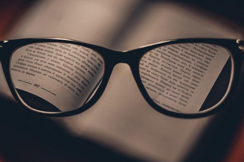 每天花15分鐘做弱視練習,直到能輕易閱讀小字。(圖/Dmitry Ratushny@Unsplash)