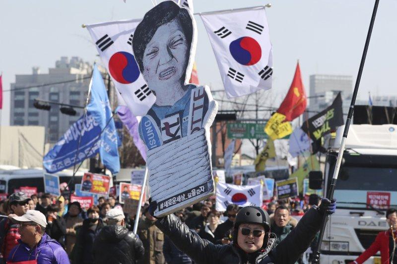 南韓憲法法院10日通過總統朴槿惠彈劾案,朴槿惠立刻下台(AP)