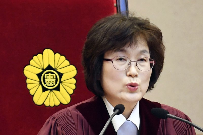 南韓憲法法院代理院長李貞美10日宣布朴槿惠總統彈劾案判決(AP)