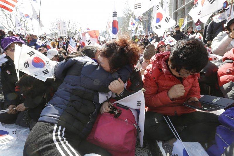 南韓總統朴槿惠因「親信門」醜聞遭彈劾下台,南韓憲法法院10日宣判之後,支持朴槿惠民眾痛哭失聲(美聯社)