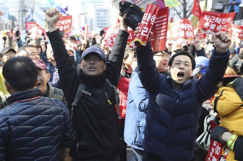 南韓總統朴槿惠因「親信門」醜聞遭彈劾下台,南韓憲法法院10日宣判之後,反朴民眾歡欣鼓舞(美聯社)