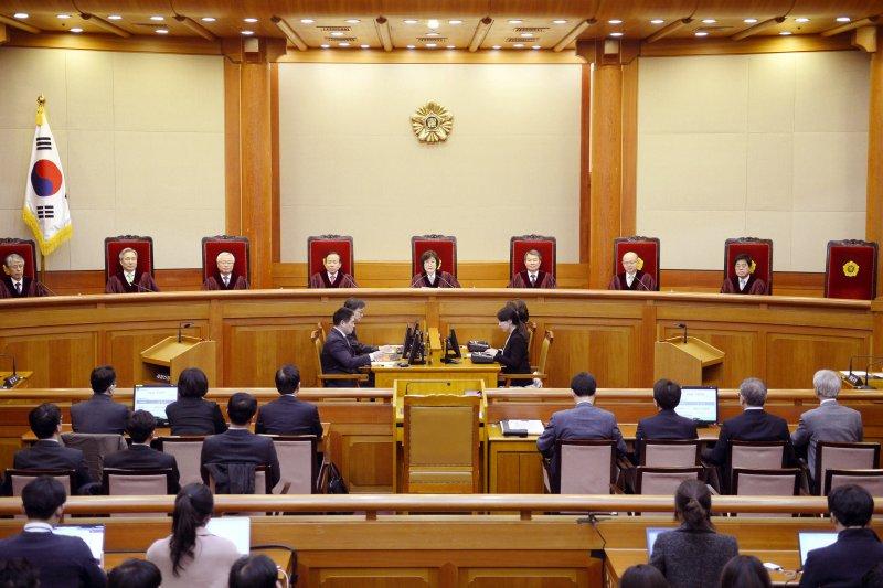 南韓總統朴槿惠因「親信門」醜聞遭彈劾下台,南韓憲法法院10日宣判(美聯社)