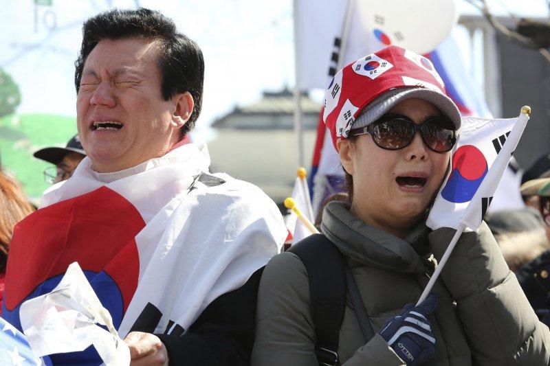 南韓總統朴槿惠10日因「親信門」醜聞遭彈劾解職,支持朴槿惠民眾痛哭失聲(AP)
