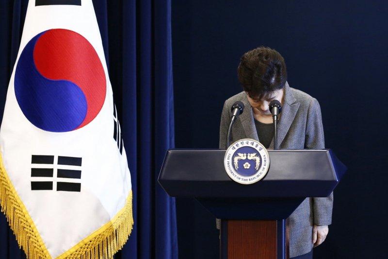 2016年11月29日,南韓時任總統朴槿惠為「親信門」醜聞鞠躬道歉(AP)