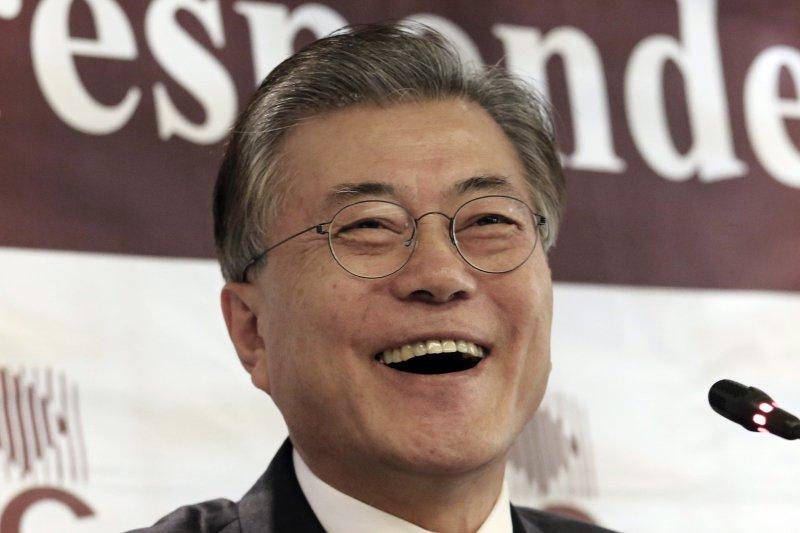 南韓憲法法院10日通過總統朴槿惠彈劾案,朴槿惠立刻下台,在野黨領袖文在寅是目前最被看好的下任總統人選(AP)