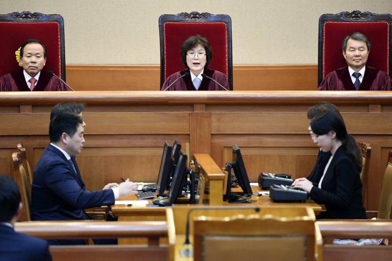 南韓憲法法院10日通過總統朴槿惠彈劾案,朴槿惠立刻下台,中為代院長李貞美(AP)