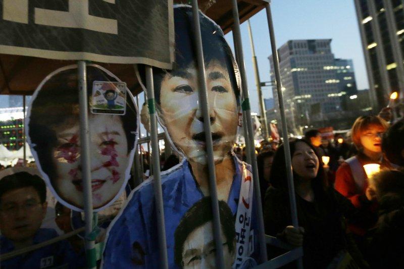 南韓反朴派民眾要求逮捕遭到解職解職的前總統朴槿惠(美聯社)