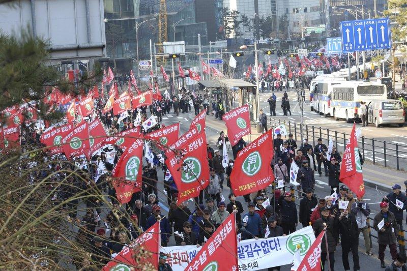 南韓擁朴派民眾抗議南韓憲法法院解職朴槿惠的裁決(美聯社)