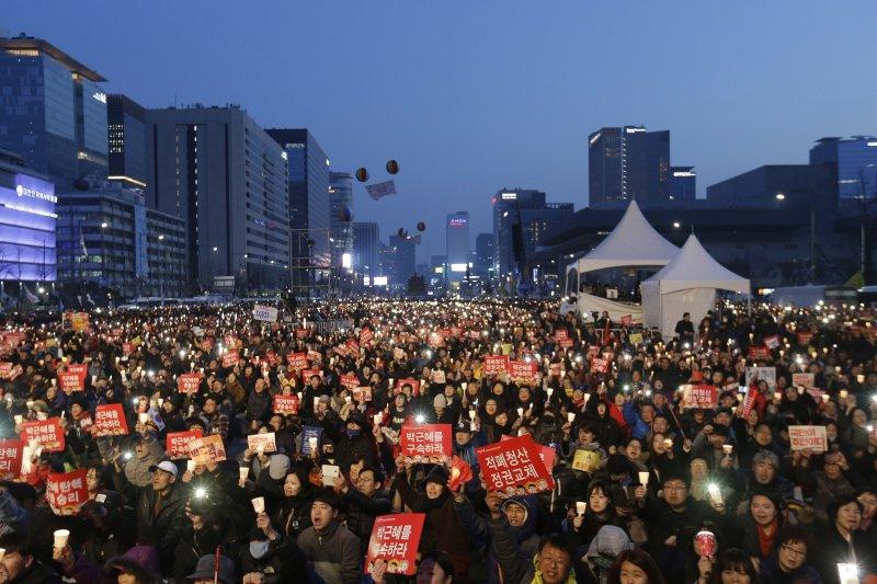 南韓倒朴派民眾要求逮捕遭到彈劾解職的前總統朴槿惠(美聯社)
