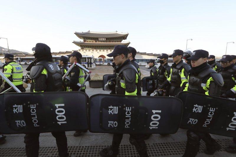 南韓在首爾部署大批警力,以免朴槿惠案宣判後造成憾事,不料在10日的衝突中還是釀成三人死亡的慘劇。(美聯社)