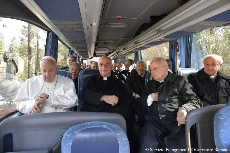 天主教教宗方濟各(Pope Francis,左)與多位神職人員(AP)