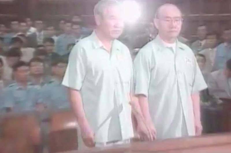 1996年3月11日,南韓前總統全斗煥、盧泰愚並列公開受審。(美聯社)
