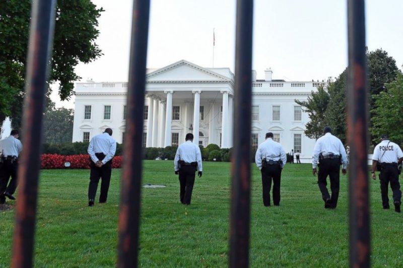 美國總統川普上任後發生第一起白宮維安漏洞,不明男子於半夜擅闖禁地,堅稱他是川普的朋友還說:「我被俄羅斯駭客監控」。(AP)