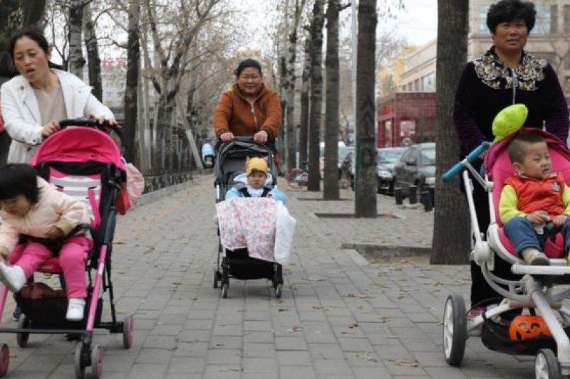中國衛計委官員在人大會議期間表示,和歐美國家相比,中國在未來一百年裏不缺乏人口數量和勞動力,目前需要提高生產效率。(圖取自BBC中文網)