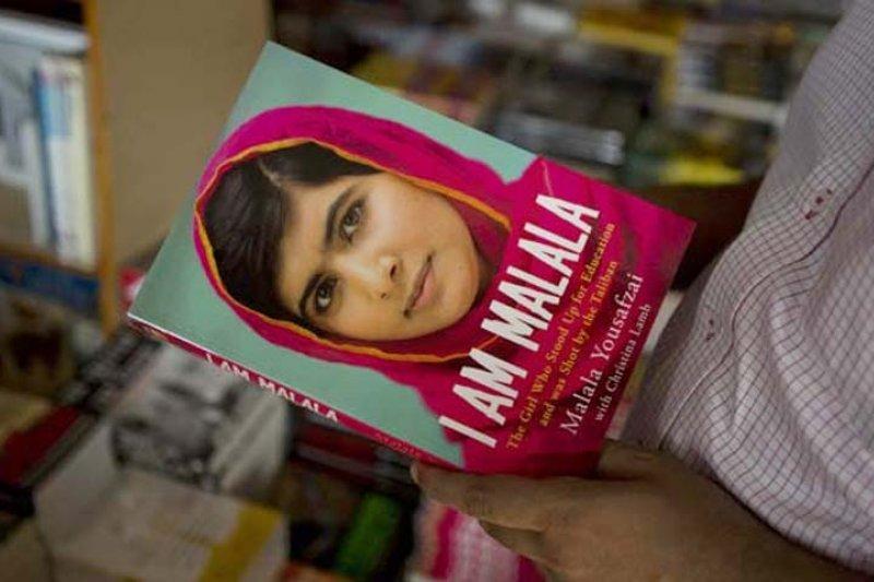 馬拉拉苦盡甘來後,出了自己的傳記《我是馬拉拉》(I Am Malala)向全世界分享她的故事和對未來的展望。(AP)