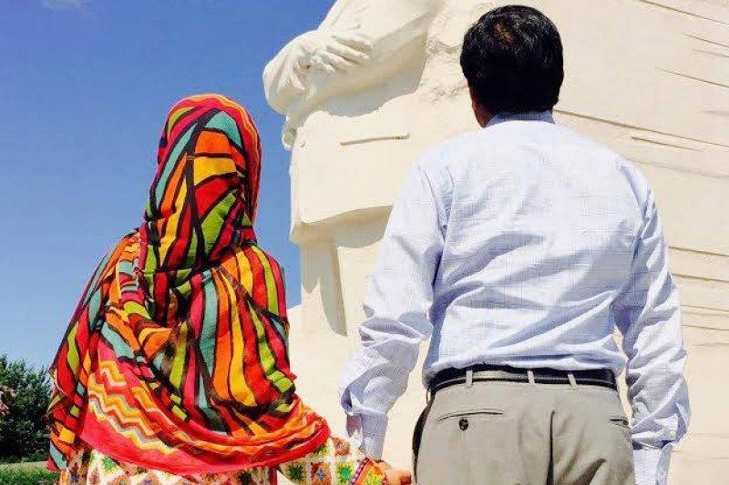 馬拉拉的爸爸尤瑟夫扎伊(Ziauddin Yousafzai)是這一切的幕後推手之一,除了支持女兒外,也一起推廣女性受教的重要性。(圖片取自Malala Fund)