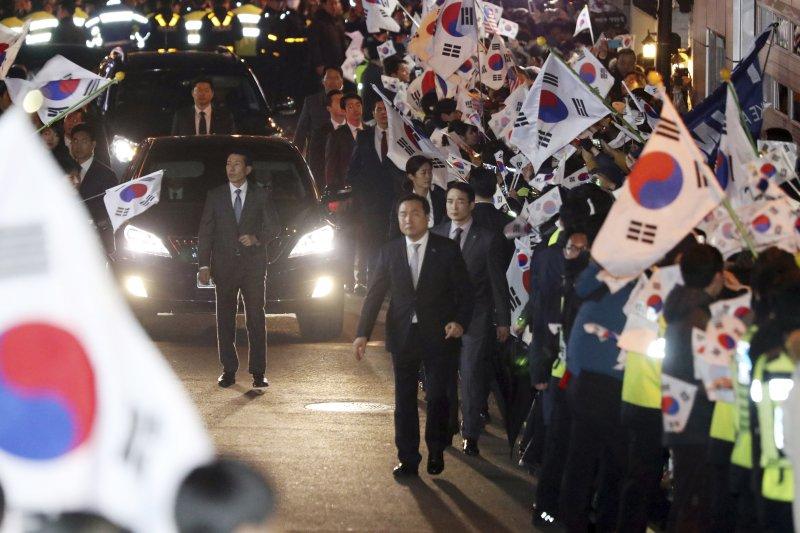 南韓前總統朴槿惠12日傍晚離開青瓦台,搬回首爾三成洞的私宅,許多支持者到場迎接(AP)