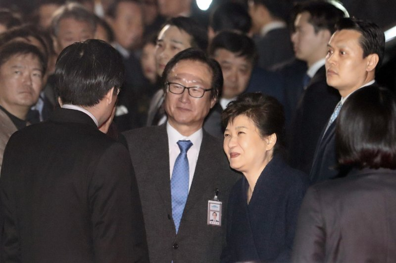 南韓前總統朴槿惠12日傍晚離開青瓦台,搬回首爾三成洞的私宅(AP)