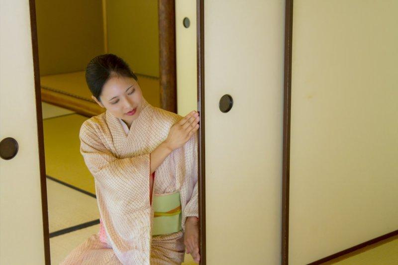 學習正確的和室禮儀,讓你不會失禮又優雅。(圖/ すしぱく@pakutaso)