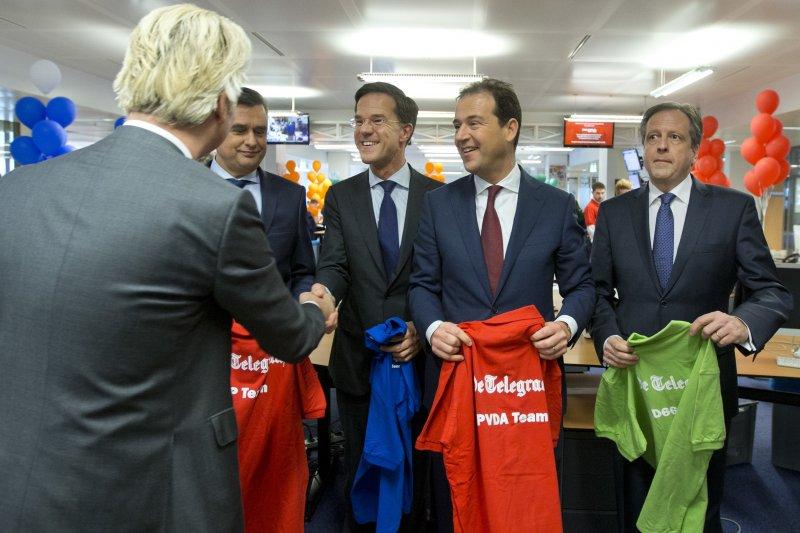 荷蘭國會大選:主要政黨黨魁一同出席活動,呂特與威爾德斯(背對者)握手(AP)