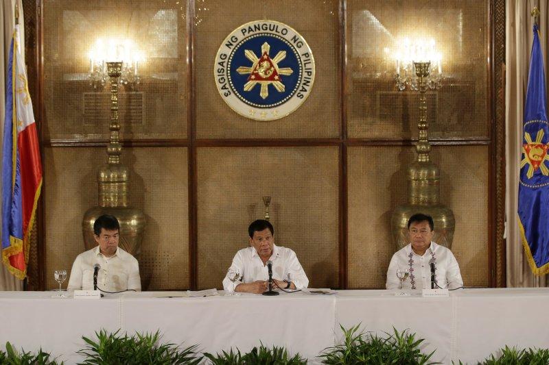 菲律賓總統杜特蒂(中)要菲國軍方以友善方式,向中國表明菲律賓的海域主權(AP)