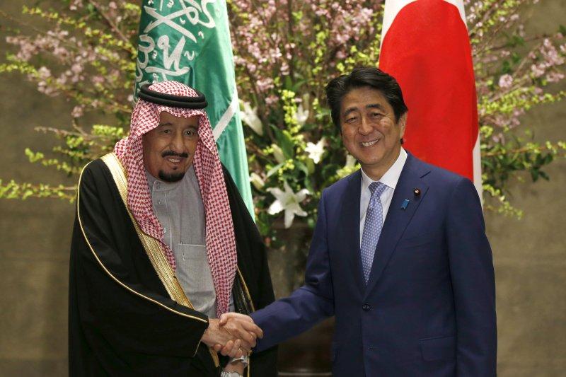 沙烏地阿拉伯國王薩勒曼訪問日本,日相安倍晉三親自接待。(美聯社)