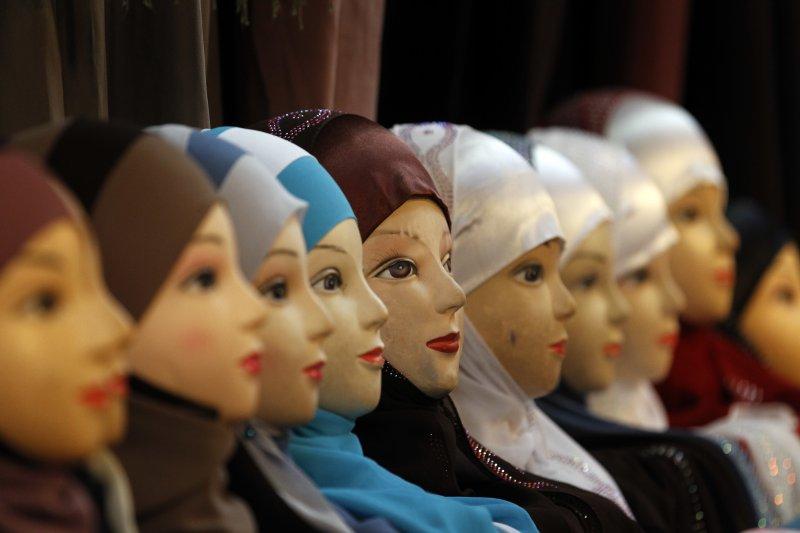 穆斯林女性能否在公共場合穿戴頭巾、罩袍等,是近年歐洲各國經常爭辯的議題。(美聯社)
