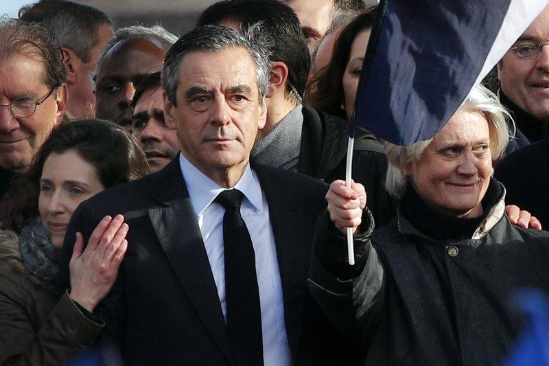 法國總統候選人費雍妻子(右)1月被爆出長年坐領乾薪,費雍(中)的民調也一路下滑(AP)