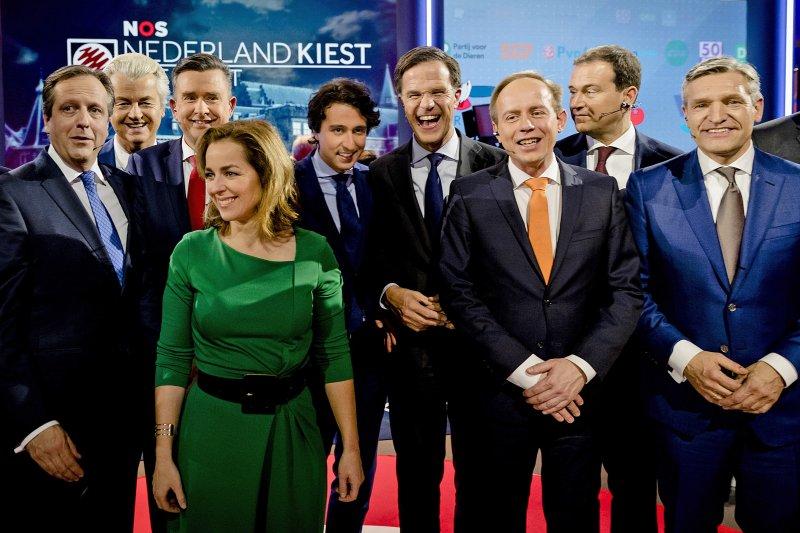 荷蘭國會大選:主要政黨領導人參與選前之夜電視辯論會,包括呂特(右4)和威爾德斯(左2)(AP)