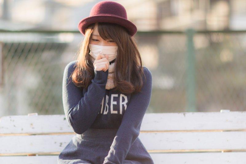 咳嗽時趕快用手摀住嘴巴,這個動作錯了嗎?(圖/Pakutaso)