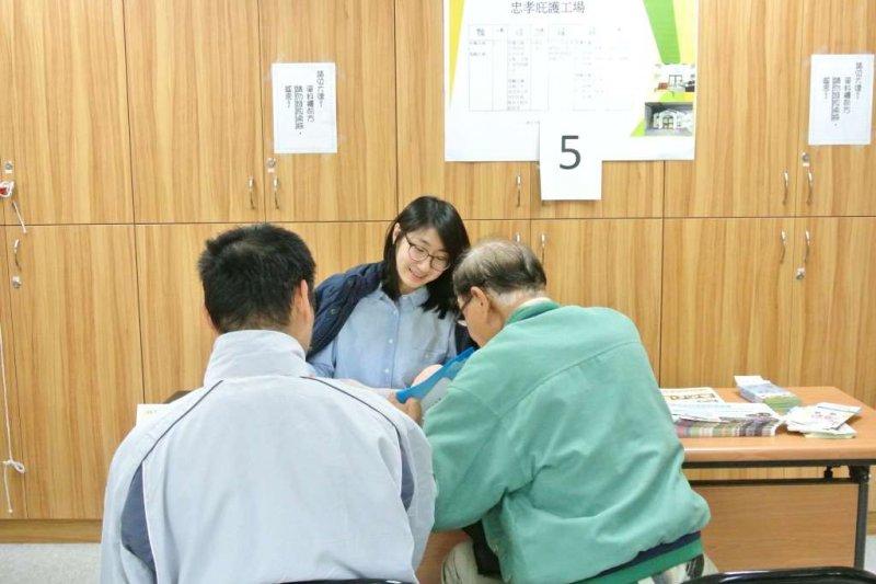 今天台北市勞動力重建運用處舉辦庇護工場現場徵才,圖為現場家長陪同孩子面試。(北市府提供)