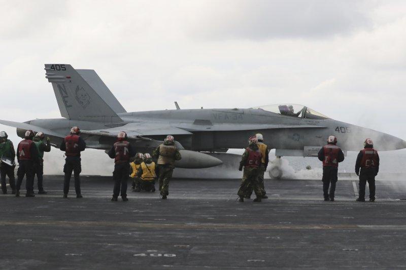 美軍卡爾文森號航空母艦在朝鮮半島海域參加美韓軍演,一架F/A-18正準備起飛。(美聯社)