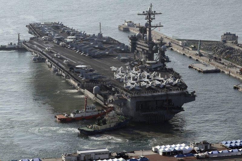美軍卡爾文森號航空母艦在朝鮮半島海域參加美韓軍演,15日抵達釜山港。(美聯社)