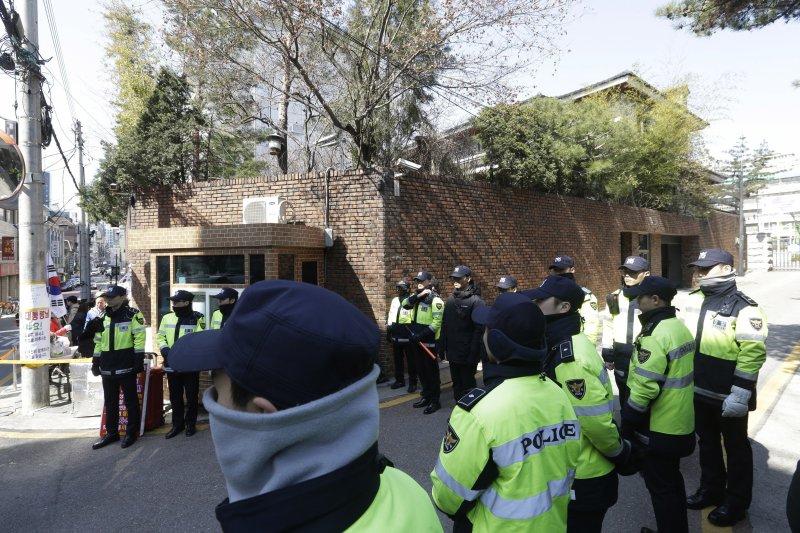 南韓檢方表示將在21日傳喚前總統朴槿惠,位於首爾三成洞的朴宅連日來都有大批警察戒備。(美聯社)