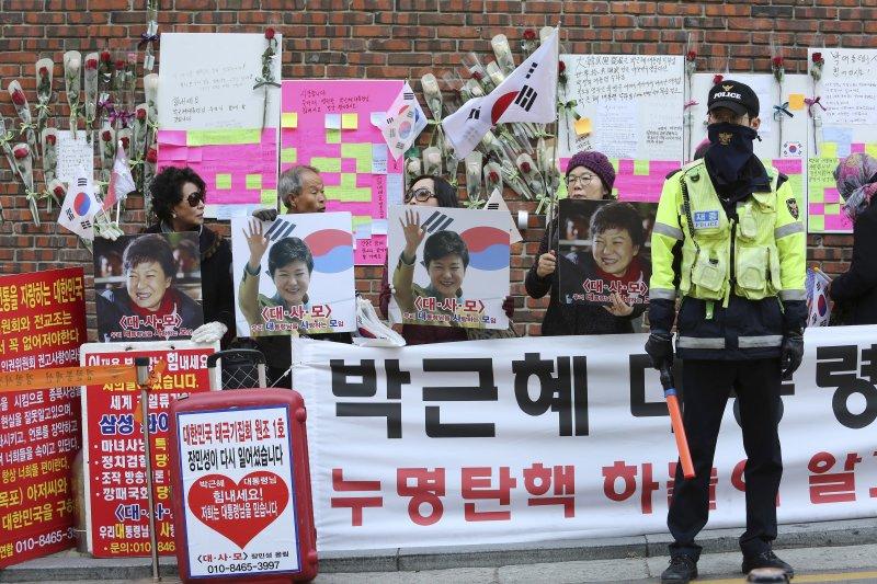 南韓檢方表示將在21日傳喚前總統朴槿惠,位於首爾三成洞的朴宅15日仍有許多支持者為她加油。(美聯社)
