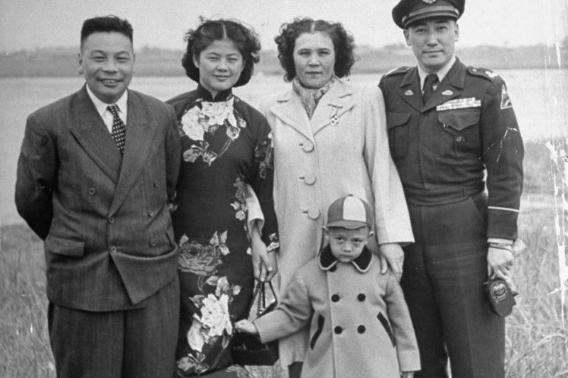 1950年蔣經國與蔣緯國偕妻兒出遊。(取自網路)