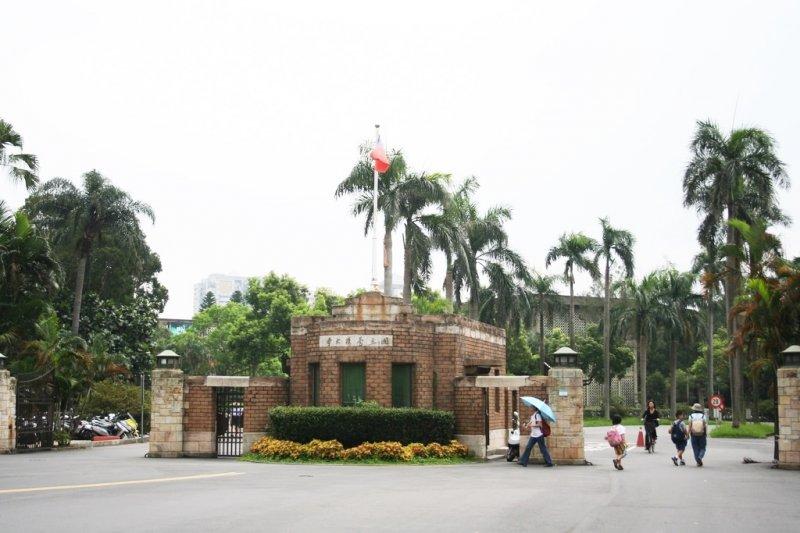 一個女高中生激起社會論戰:被美國學校錄取的學生,台大也一定要錄取嗎?(圖/Yi-Ting Chen@Flickr)
